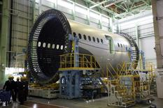 Boeing est l'une des valeurs à suivre à Wall Street après les annonces de la compagnie indonésienne Garuda portant sur l'achat de 30 Boeing 787-9 et 30 737 MAX 8 supplémentaires et de Qatar Airways sur 10 777-8X et quatre 777F cargo à l'occasion du salon aéronautique du Bourget. /Photo prise le 13 mars 2015/REUTERS/Tim Kelly