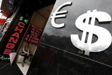 Пункт обмена валюты в Стамбуле. 8 июня 2015 года. Евро снижается в понедельник после того, как на выходных Греция так и не смогла договориться с кредиторами о предоставлении финансовой помощи в обмен на реформы. REUTERS/Murad Sezer