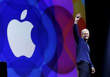 Apple CEO Tim Cook waves as he arrives on stage to deliver his keynote address at the Worldwide Developers Conference in San Francisco, California, United States June 8, 2015. REUTERS/Robert Galbraith