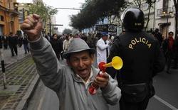 Un empleado público en una marcha de protesta en Lima, jun 26 2013. La tasa de desempleo en la capital de Perú se incrementó 1,2 puntos porcentuales a un 7,0 por ciento en el trimestre móvil marzo-mayo, en comparación al mismo período del año pasado, dijo el lunes el Instituto Nacional de Estadística e Informática (INEI). REUTERS/Mariana Bazo