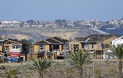 Un proyecto residencial en construcción, en Carlsbad, California, 23 de marzo de 2015. Los inicios de construcciones de viviendas de Estados Unidos bajaron en mayo tras un fuerte incremento el mes anterior, pero una escalada de los permisos de construcciones futuras a un nivel cercano al máximo en ocho años sugirió que el retroceso fue temporal, apuntando a una fortaleza subyacente en el sector. REUTERS/Mike Blake