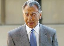 Billionaire Kirk Kerkorian heads into the courthouse to testify in the third day of the DaimlerChrysler merger lawsuit in Wilmington, Delaware, in this file photo taken December 3, 2003.  REUTERS/Tim Shaffer/Files
