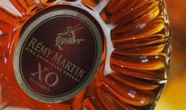 Бутылка коньяка XO на заводе Remy Martin в Коньяке 8 октября 2012 года. Remy Cointreau повысила дивиденды после роста годовой операционной прибыли на 13,5 процента благодаря контролю за расходами и хорошим продажам дорогих алкогольных напитков в США, что компенсировало слабый спрос на коньяк в Китае. REUTERS/Regis Duvignau