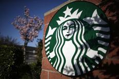 Starbucks  figure parmi les valeurs à suivre sur les marchés américains au lendemain de l'annonce de la fermeture de l'ensemble des 23 cafés-boulangeries de l'enseigne La Boulange, tous situés en Californie, ainsi que les deux usines qui les approvisionnaient, d'ici la fin septembre. /Photo prise le 10 mars 2015/REUTERS/Lucy Nicholson