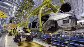 Workers assemble Mercedes-Benz S-class models at their plant in Sindelfingen near Stuttgart January 28, 2015. Daimler AG with its Mercedes-Benz car group, will hold their annual new conference on February 5, 2015. Picture taken January 28, 2015.  REUTERS/Michael Dalder (GERMANY  - Tags: BUSINESS TRANSPORT SPORT MOTORSPORT)   - RTR4O0CH