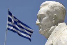 Estátua do fundador do Estado grego moderno, Ioannis Kapodistrias, com bandeira ao fundo, em Atenas. 17/06/2015 REUTERS/Yannis Behrakis