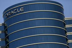 Oracle a publié mercredi un bénéfice et un chiffre d'affaires inférieurs aux attentes au quatrième trimestre, la raison en étant un dollar fort et une baisse des revenus tirés des nouvelles licences. /Photo prise le 15 juin 2015/REUTERS/Robert Galbraith