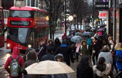 Le rythme de croissance des ventes au détail ont fortement ralenti en mai en Grande-Bretagne. Elles ont progressé de seulement 0,2% le mois dernier, une évolution proche des attentes des économistes, après +0,9% en avril. /Photo d'archives/REUTERS/Neil Hall