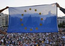 Manifestation à Athènes pour encourager le gouvernemnet à trouver un accord avec ses créanciers internationaux. Un sommet des dirigeants de la zone euro se tiendra lundi à Bruxelles et le temps d'ici là doit être utilisé par Athènes et les institutions pour trouver un accord qui pourra être présenté à cette réunion, a déclaré jeudi un diplomate français. /Photo prise le 18 juin 2015/REUTERS/Yannis Behrakis