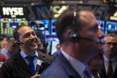 Operadores trabajando en la Bolsa de Nueva York, 18 de junio de 2015. Las acciones de Estados Unidos operaban mixtas el viernes tras la apertura de los negocios, un día después de que el índice Nasdaq Composite anotó un máximo intradiario. REUTERS/Lucas Jackson