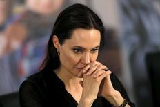 """La actriz y directora de Hollywood Angelina Jolie describió el sábado la cada vez mayor crisis global de refugiados como una """"explosión de sufrimiento humano"""" a cuyas causas la comunidad internacional se niega a hacer frente. En la imagen, Jolie durante la rueda de prensa tras su visita al campamento de refugiados de la ciudad turca de Midyat, el 20 de junio de 2015. REUTERS/Umit Bektas"""