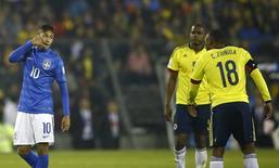 Neymar provocando adversário durante partida contra a Colômbia, em Santiago.  18/06/2015  REUTERS/Ricardo Moraes