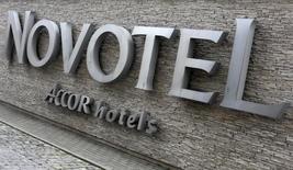 Логотип отеля Novotel группы Accor в Варшаве 10 июля 2012 года. Французская гостиничная сеть Accor может замедлить развитие в России после 2017 года из-за высоких ставок по кредитам сегодня, сказал в интервью Рейтер директор подразделения AccorHotels в России и СНГ Алексис Деларофф. REUTERS/Kacper Pempel