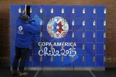 Homem guarda seus pertences em armário no centro de imprensa do estádio El Teniente, em Rancagua, no Chile, durante a Copa América. 13/06/2015 REUTERS/Carlos Garcia Rawlins
