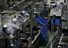 L'activité du secteur manufacturier japonais s'est légèrement contractée en juin, en raison d'une baisse des nouvelles commandes et d'un ralentissement de la croissance de la production, montrent les résultats préliminaires d'une enquête menée auprès des directeurs d'achat.  /Photo prise le 20 mars 2015/REUTERS/Yuya Shino
