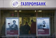 Люди в отделении Газпромбанка в Москве 23 января 2015 года. Чистый убыток третьего по величине банка РФ Газпромбанка, рассчитанный по международным стандартам, в первом квартале 2015 года вырос до 4,3 миллиарда рублей с 3,7 миллиарда рублей годом ранее, сообщил банк. REUTERS/Maxim Zmeyev