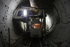 Trabajadores construyendo una nueva línea de subterráneos, en Wuhan, provincia de Hubei. China, 23 de enero de 2013. China aprobó dos proyectos para el sistema de subterráneos valuados en 129.800 millones de yuanes (20.910 millones de dólares), según documentos publicados el martes que indican la continuidad de una serie de medidas en momentos en que el Gobierno de Pekín busca respaldar su desacelerada economía. REUTERS/Stringer