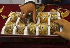Золотые браслеты в ювелирном магазине в Мумбаи. 21 мая 2015 года. Цены на золото близки к недельному минимуму на фоне укрепления доллара и роста фондовых рынков США и Азии в надежде на решение долговых проблем Греции. REUTERS/Shailesh Andrade