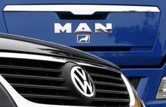 MAN SE, filiale de VW, a annoncé mercredi qu'il supprimerait 1.800 emplois dans sa division poids lourds dans le cadre d'une restructuration visant à réduire les coûts et à relancer la rentabilité. /Photo d'archives/REUTERS/Ina Fassbender