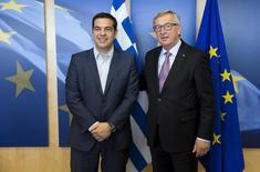 El primer ministro griego, Alexis Tsipras (izqda.), es recibido por el presidente de la Comisión Europea, Jean Claude Juncker, antes de una reunión en Bruselas, Bélgica, 24 de junio de 2015. Los acreedores internacionales exigieron el miércoles a Grecia que mejore sus recientes propuestas sobre alzas de impuestos y reformas, en un intento de último minuto por alcanzar un acuerdo que desbloquee financiamiento y evite un impago de la deuda la próxima semana. REUTERS/Julien Warnand/Pool