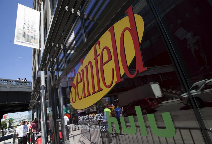 'Seinfeld' fans reminisce in replica of iconic TV ...