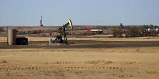 Станок-качалка в Уотфорде, Северная Дакота 20 октября 2012 года. Цены на американскую нефть WTI снижаются в связи с ростом запасов бензина в США, а повышение курса евро к доллару поддерживает цены на Brent. REUTERS/Jim Urquhart