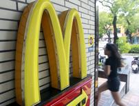 Логотип McDonald's на ресторане сети в Тайбэе 25 июня 2015 года. McDonald's Corp продаст 413 ресторанов на Тайване держателям франшизы, что станет одним из шагов компании в сторону снижения расходов и реорганизации. REUTERS/Pichi Chuang