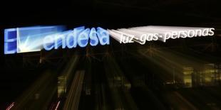 """El logo de Endesa en su sede de Madrid el 24 de febrero de 2015. Varios fondos de inversión, incluidos CVC y KKR, están estudiando una oferta por una participación """"significativa"""" de Endesa, la filial española de la eléctrica italiana Enel, dijeron fuentes con conocimiento de la operación. REUTERS/Sergio Pérez"""