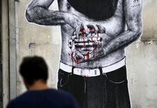 Граффити в Афинах. 24 июня 2015 года. Международные кредиторы Греции в четверг отправили министрам финансов еврозоны окончательный вариант предложения для заключения с Грецией сделки о финансовой помощи в обмен на реформы после того, как долгие переговоры закончились неудачей. REUTERS/Yannis Behrakis