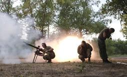 Украинские военные стреляют из гранатомета в Авдеевке. 18 июня 2015 года. Глава НАТО предупредил в четверг о риске возобновления боев на Украине, но сказал, что было бы неразумным объявлять о том, что мировому соглашению пришел конец, несмотря на неоднократные его нарушения, так как оно остается самым многообещающим шансом на мир. REUTERS/Maksim Levin
