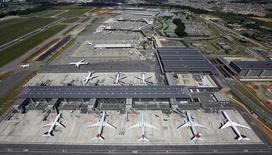 Aviões no aeroporto de Guarulhos. 12/02/2015 REUTERS/Paulo Whitaker