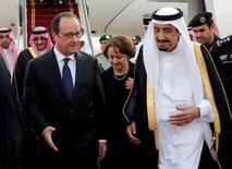 Le président François Hollande et le roi Salman d'Arabie saoudite. Deux jours après la signature de 12 milliards de dollars de grands contrats avec l'Arabie saoudite, la France a signé vendredi avec un fonds privé saoudien un accord qui facilitera, espère-t-elle, l'accès de ses entreprises intermédiaires et PME aux marchés de la péninsule arabique. /Photo prise le 4 mai 2015/REUTERS/Christophe Ena/Pool