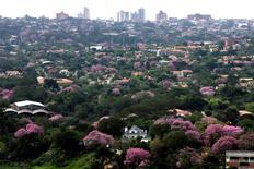 Imagen de archivo de la ciudad de Asunción, jul 29 2008. Paraguay redujo su estimación de crecimiento económico para el 2015 a 4,0 por ciento desde un 4,5 por ciento que mantenía desde finales del año pasado por una menor producción de energía eléctrica en un contexto poco favorable para la región, dijo el lunes el Banco Central.  REUTERS/Jorge Adorno