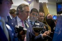 Operadores trabajando en la Bolsa de Nueva York, 22 de junio de 2015. La mayor parte de las acciones caía el lunes en la bolsa de Nueva York tras el colapso de las negociaciones por un rescate financiero para Grecia, intensificando los temores a que pueda ser el primer país en salir de la zona euro. REUTERS/Brendan McDermid