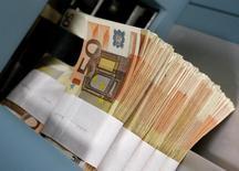 Foto de archivo de billetes de 50 euros, en el Banco Central de Bélgica, en Bruselas, 8 de diciembre de 2011. El euro perdía valor el lunes frente a las principales divisas del mundo, inmerso en una ola de ventas por un empeoramiento de la crisis de deuda de Grecia. REUTERS/Yves Herman