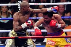 Mayweather (E) e Pacquiao se enfrentam em luta em Las Vegas. 2/5/2015.  REUTERS/Joe Camporeale-USA TODAY Sports