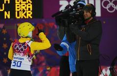 Imagen de archivo de la brasileña Joselane Santos gesticulando frenta a una cámara durante las pruebas clasificatorias de esquí acrobático en los Juegos Olímpicos de Sochi, Rusia, feb 14 2014. Discovery Communications acordó pagar 1.300 millones de euros (1.400 millones de dólares) para trasmitir los Juegos Olímpicos desde 2018 hasta 2024 a lo largo de Europa, superando a las cadenas nacionales que tradicionalmente han emitido las citas deportivas.    REUTERS/Mike Blake