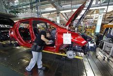 L'activité dans le secteur manufacturier a renoué avec la croissance en juin en France pour la première fois en 14 mois. L'indice global du secteur est ressorti à 50,7 contre 49,4 en mai. /Photo d'archives/REUTERS/Benoît Tessier