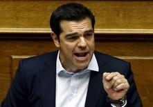 Alexis Tsipras a écrit à aux créanciers internationaux de la Grèce pour leur dire qu'Athènes était susceptible d'accepter leur offre de renflouement publiée le dimanche 28 juin, sous réserve que plusieurs modifications y soient apportées. Selon de premières réactions, la missive vient trop tard et contient des éléments difficiles à accepter pour les membres de l'Eurogroupe. /Photo prise le 28 juin 2015/REUTERS/Alkis Konstantinidis