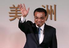 El primer ministro de China, Li Keqiang, saluda antes de participar en un evento en Bogotá, 22 de mayo de 2015. China puede alcanzar su objetivo de crecimiento de la economía de alrededor del 7 por ciento en 2015, a pesar de una desaceleración desde principios de año, dijo el primer ministro chino, Li Keqiang, el miércoles. REUTERS/John Vizacino