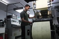 Funcionário de uma fábrica em Atenas.    12/11/2014  REUTERS/Alkis Konstantinidis