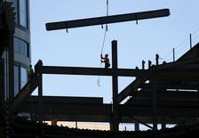 Les dépenses de construction aux Etats-Unis ont bondi en mai à leur plus haut niveau depuis un peu plus de six ans et demi, une hausse supérieure aux attentes qui constitue le dernier signe en date du dynamisme de la reprise de l'économie américaine. /Photo prise le 23 juin 2015/REUTERS/Mike Blake