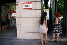 Le nombre d'Espagnols inscrits au chômage a reculé de 2,25% en juin, le cinquième mois de baisse consécutif, grâce notamment au secteur des services qui a bénéficié du début de la saison touristique. /Photo prise le 2 juillet 2015/REUTERS/Andrea Comas