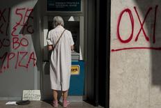 Mulher usando caixa automático na cidade de Thessaloniki, na Grécia.  02/06/2015     REUTERS/Alexandros Avramidis