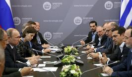 Президент РФ Владимир Путин (второй слева) и премьер Греции Алексис Ципрас (второй справа) на встрече в рамках Петербургского экономического форума 19 июня 2015 года. Россия не предлагала Греции членство в Новом банке развития, созданном ведущими развивающимися странами из группы БРИКС. REUTERS/Grigory Dukor