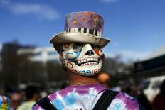 """A Grateful Dead fan wears a mask in the parking lot before Grateful Dead's """"Fare Thee Well: Celebrating 50 Years of Grateful Dead"""" farewell tour at Levi's Stadium in Santa Clara, California in this June 27, 2015 file photo.   REUTERS/Stephen Lam/Files"""