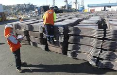 Trabajadores portuarios revisan un cargamento de cobre de exportación en Valparaíso, Chile, ene 25 2015. Los precios del cobre subieron el jueves impulsados por las perspectivas de un crecimiento más saludable en China, el mayor consumidor mundial del metal rojo, y la caída del dólar tras un débil reporte mensual de empleo en Estados Unidos. REUTERS/Rodrigo Garrido