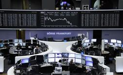 Operadores trabajando en la Bolsa de Fráncfort, 2 de julio de 2015. Las acciones europeas bajaron el jueves, presionadas por los temores generados por la crisis de deuda de Grecia y por un rebote del euro que pesó sobre los exportadores, que suelen beneficiarse con la debilidad de la moneda. REUTERS/Remote/Staff
