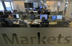 Euronext a annoncé vendredi un record de son activité semestrielle sur les marchés au comptant depuis le second semestre 2011 avec une augmentation de 35% du volume quotidien moyen échangé. /Photo d'archives/REUTERS/Philippe Wojazer