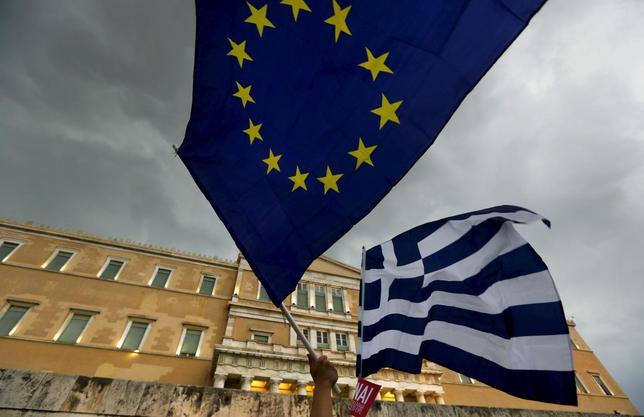 7月3日、ギリシャのエトノス紙に掲載された最新の世論調査によると、5日に国民投票を控え、緊縮策受け入れ賛成派は44.8%、反対が43.4%となった。アテネで6月撮影(2015年 ロイター/Yannis Behrakis )